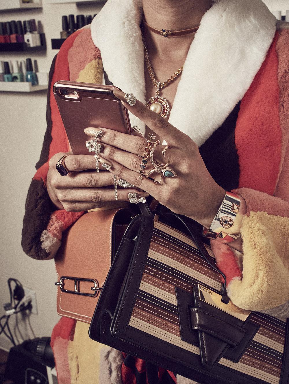 Abrigo de  MIU MIU ,vestido de  ELLERY,  bolsos de  LOEWE  y  HERMÈS, gargantilla de  DANIELA VILLEGAS  y collar de  ELLA GEM .Mano izquierda: brazalete de  HERMÈS  y anillos de  DANIELA VILLEGAS  y  ANA KATARINA . Mano derecha: piedras y anillo de  DANIELA VILLEGAS  y anillo de  BVLGARI.