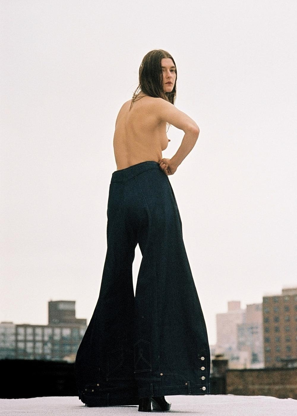 Pantalón de LINDER y zapatos de AMELIE PICHARD.