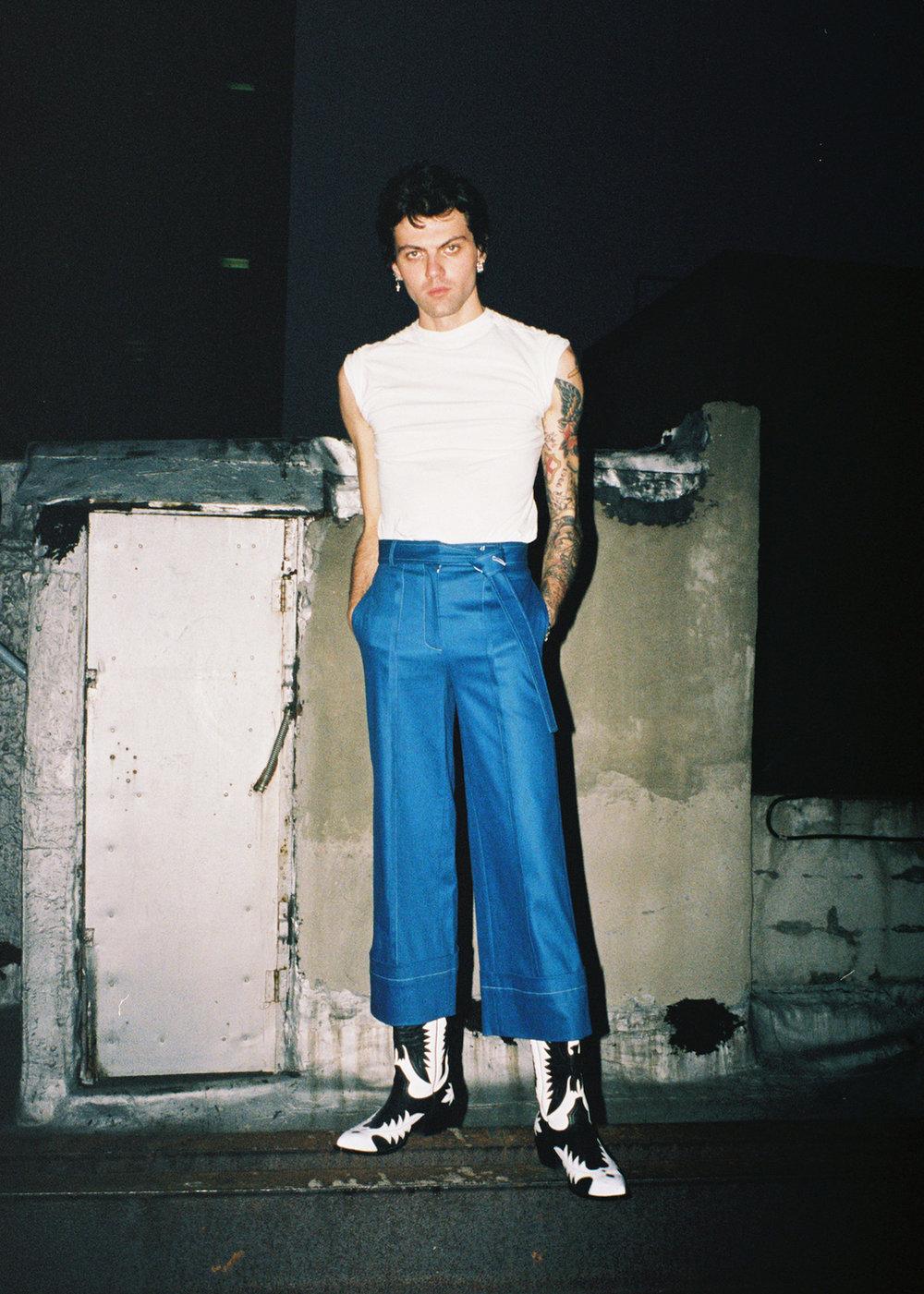 Pantalones de CLAUDIA LI y zapatos de FRYE.