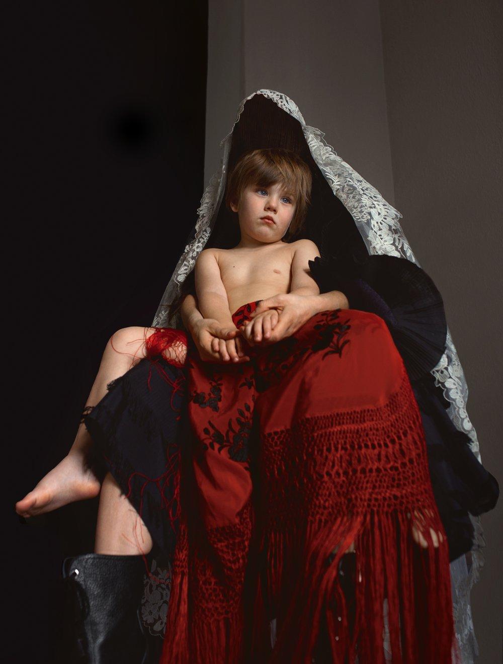 Anak viste vestido de  ELA FIDALGO ,botas de  LOEWE  y mantilla y mantón de  LA PARISIÉN.