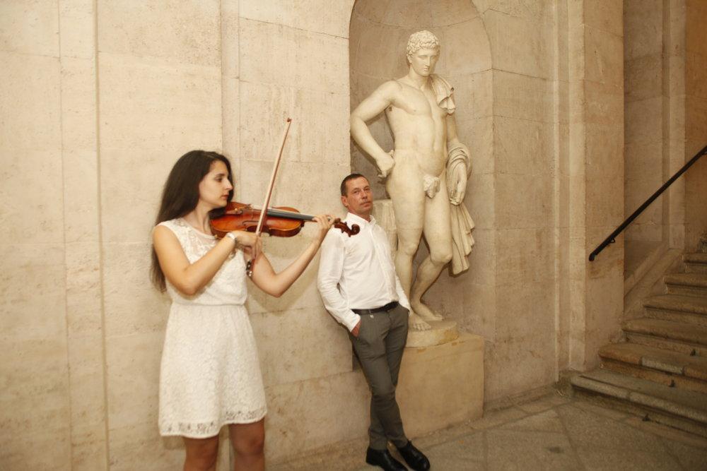 Durante la inauguración. Valery Katsuba junto a la violinista Diana Valencia / Foto: Juan Ortiz Llorens