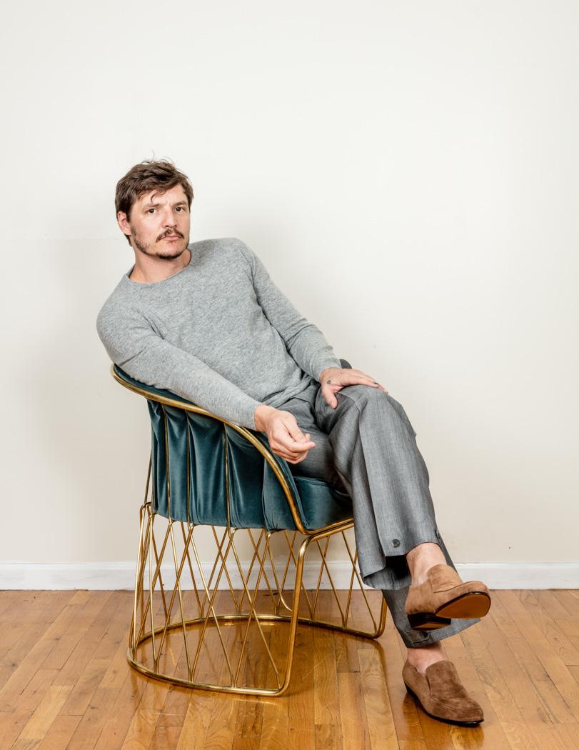 Suéter y zapatos de JEFFREY RUDES, pantalón de SALVATORE FERRAGAMO. Silla equipal de LUTECA.