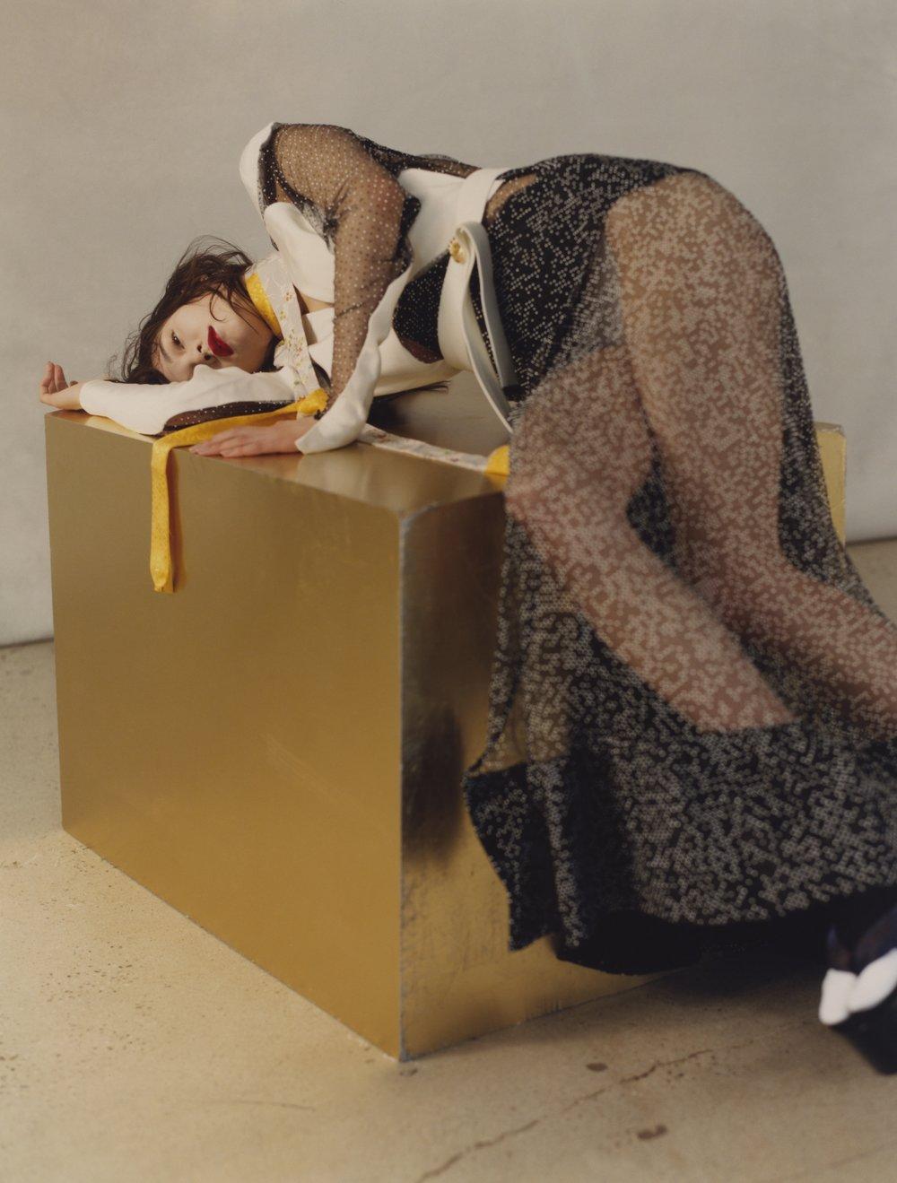 Vestido de LOUIS VUITTON, pendientes de ANA KHOURI, cadena de JADE TRAU, collar de LADY GREY, fajas y calcetas de KIMONO HOUSE y plataformas de ELLERY.