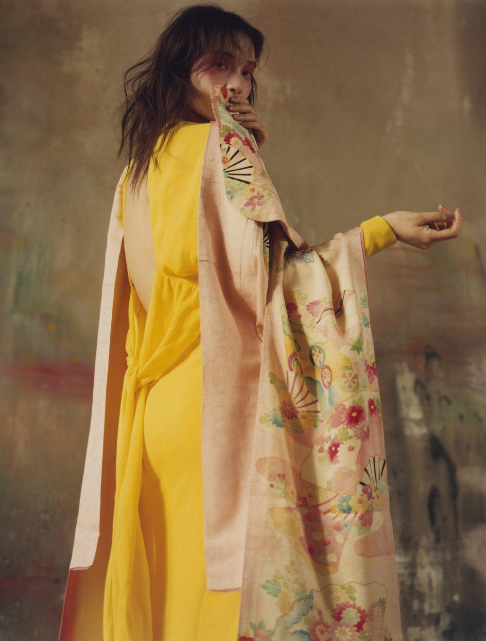 Vestido de SALVATORE FERRAGAMO y kimono de KIMONO HOUSE.