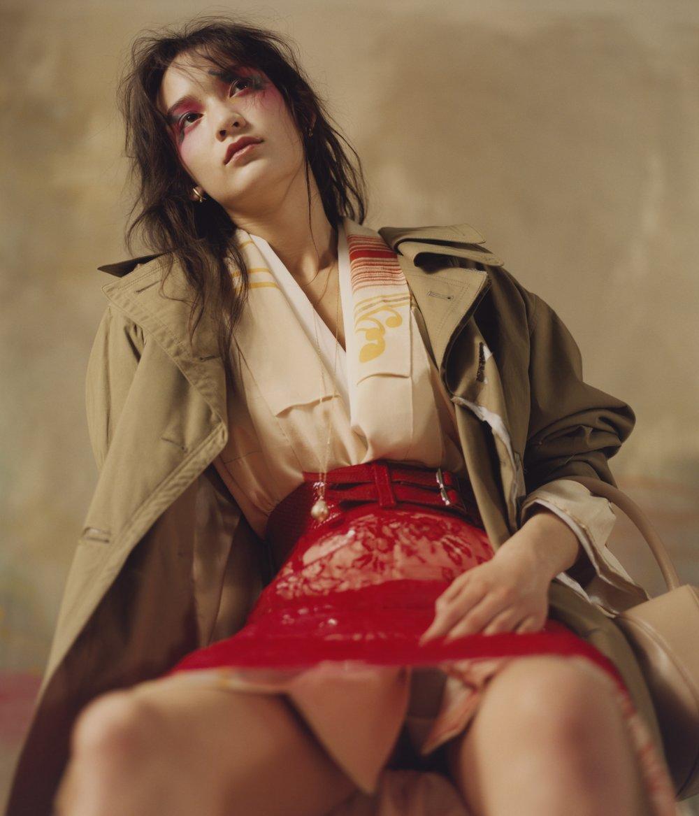 Abrigo y falda de MAISON MARGIELA, cinturón de ALYX, collar de LADY GREY y kimono de KIMONO HOUSE.