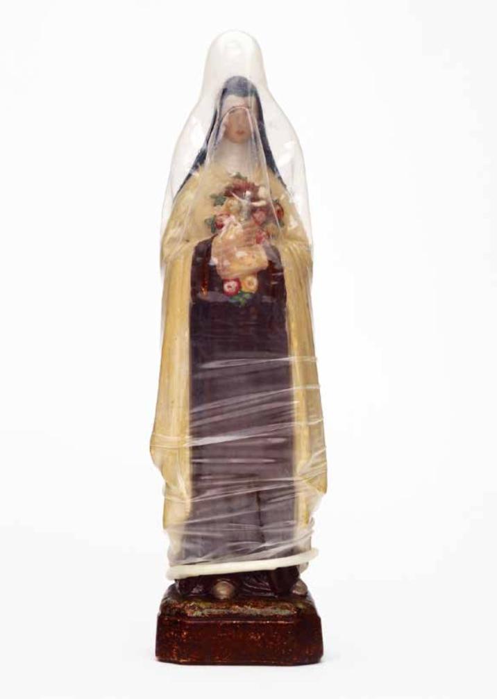 NANCY FOUTS  (1945) Madonna condom Madonna de yeso, pintura acrílica y condón, 17.5 x 5 x 3.5