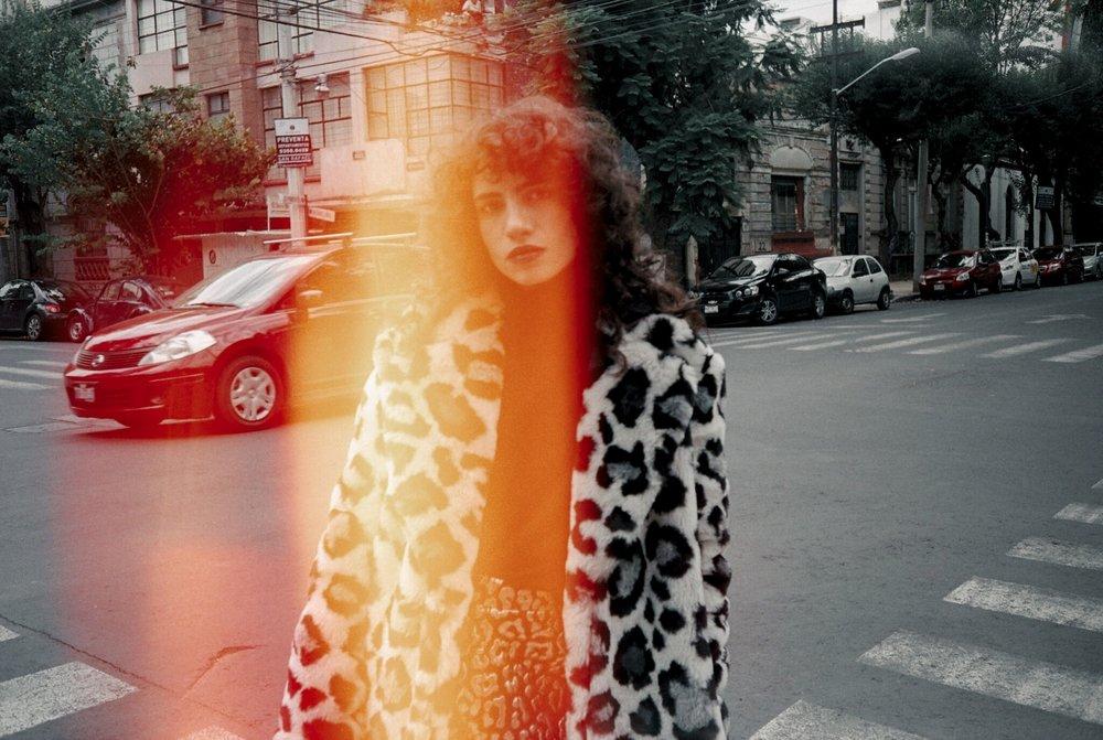 Abrigo, suéter y falda de MICHAEL KORS.