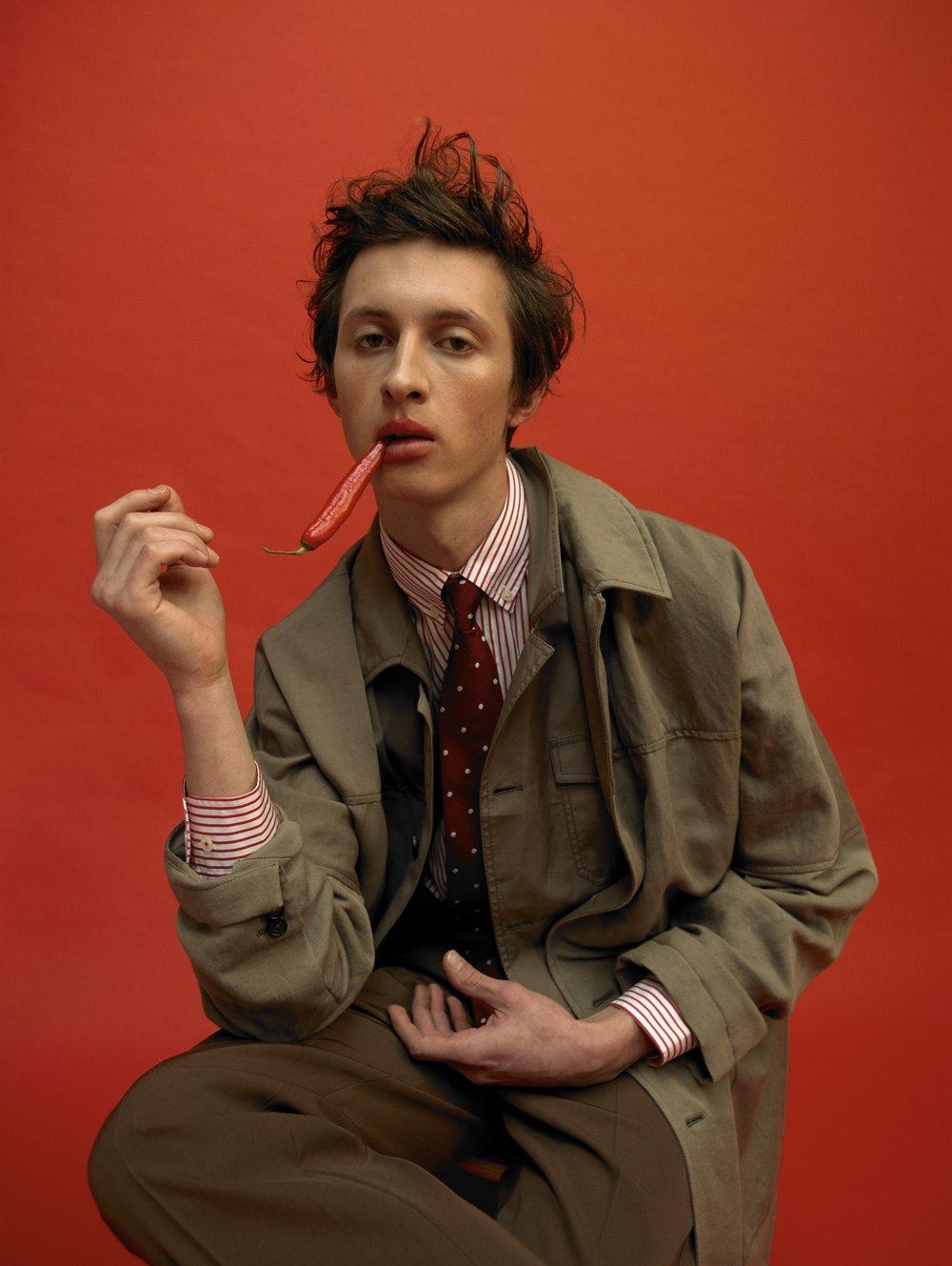Abrigo y pantalón de FEDERICO CURRADI y camisa y corbata de HACKETT.