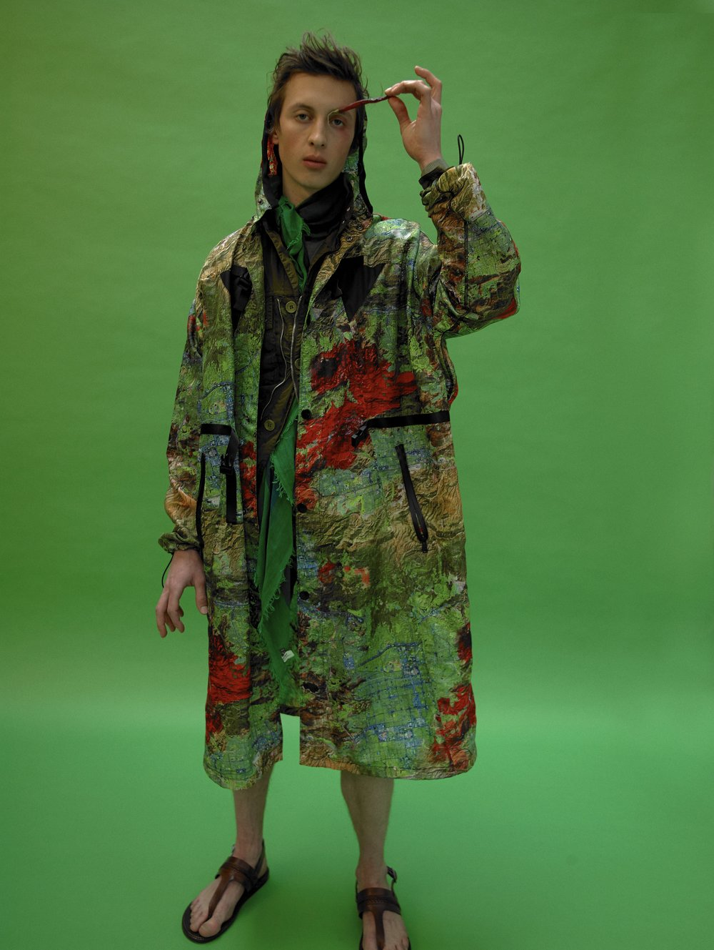 Abrigo de PRADA, chaqueta de PEUTEREY, bufanda de FALIERO SARTI y sandalias de ETRO.