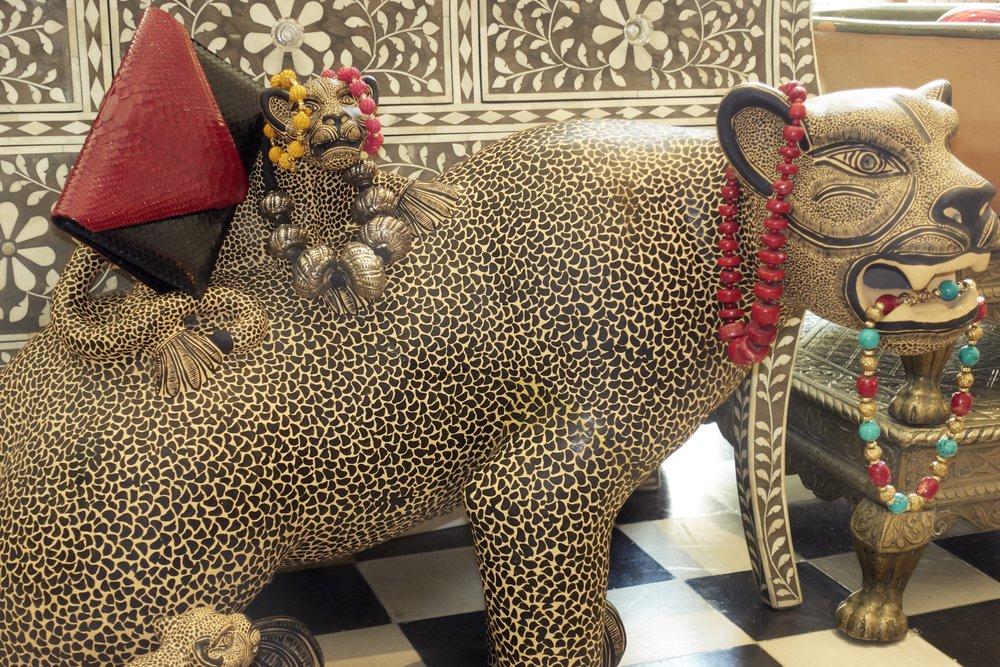 Jaguar hecho en México disponible en  CASA CHIQUI . Bolso tipo clutch y collares de  CASA CHIQUI.