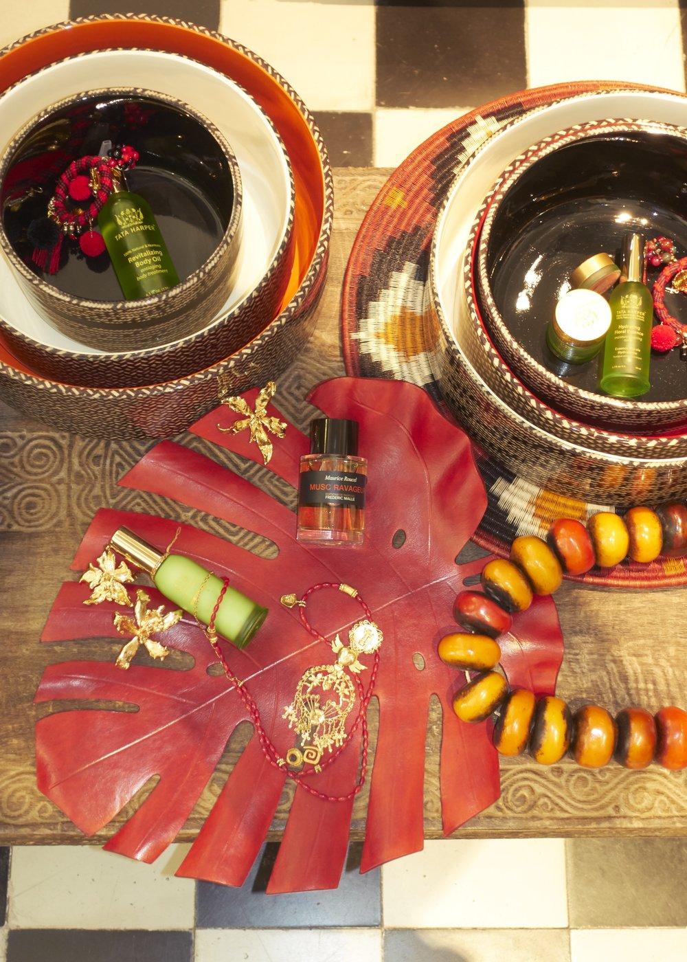 Aceite corporal, cera rejuvenecedora y máscara clarificante, todo de  TATA HARPER . Perfume de  FREDERIC MALLE , collar de piedra ambar hecho en Mali disponible en  CASA CHIQUI , collar hecho en Colombia disponible en  CASA CHIQUI  y pendientes de  CASA CHIQUI.