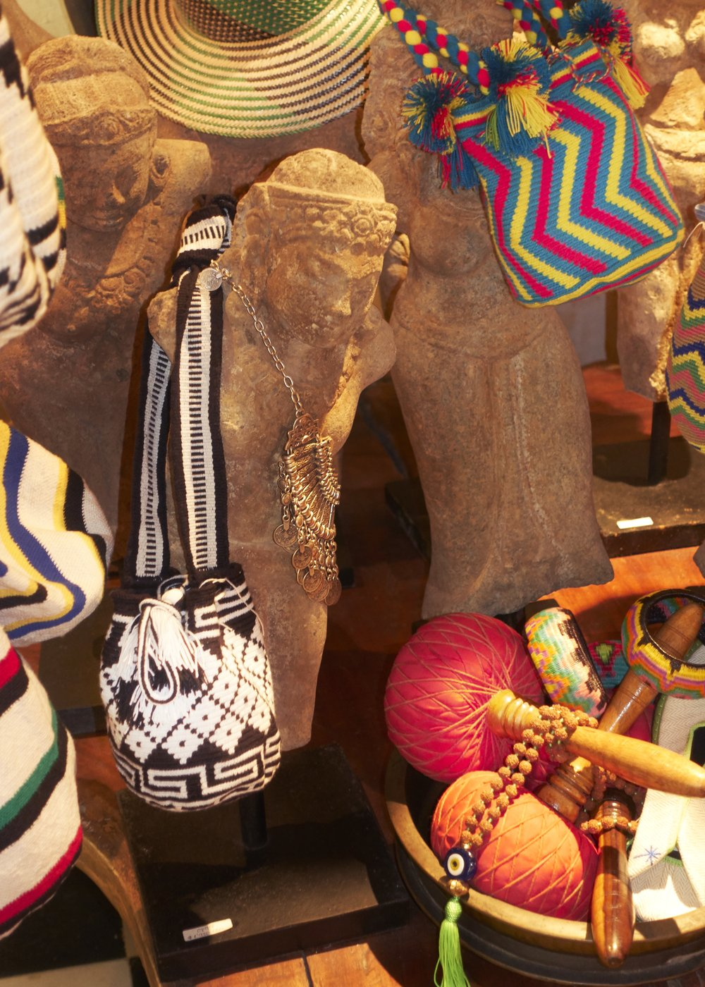 """Bolsos tipo """"Wayuu"""" hechos en Colombia disponibles en  CASA CHIQUI."""