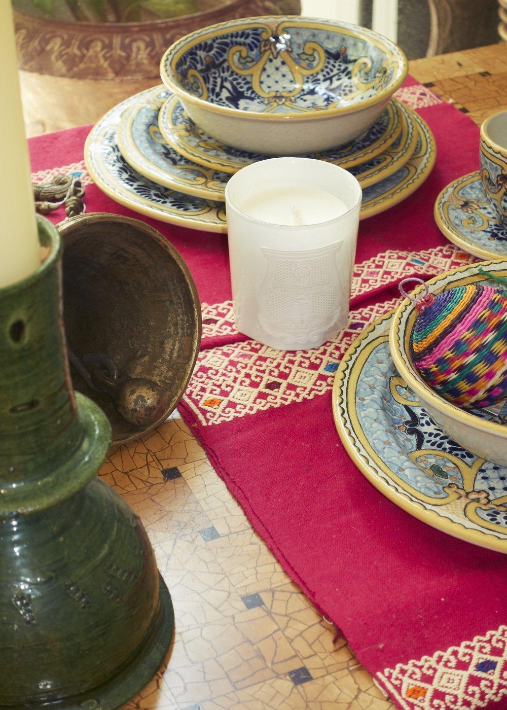 Vela de  CIRE TRUDON  y vajilla hecha en México disponible en  CASA CHIQUI.