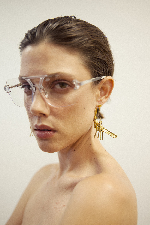 Pendientes de  DANIELLE LAUFARIE  y gafas de  GREY ANT.