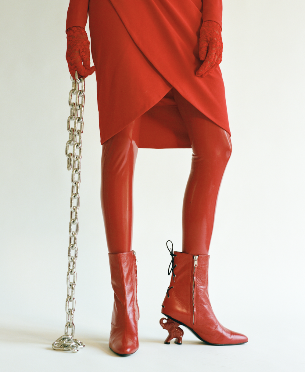 Vestido de  GIVENCHY, pendientes de theQ, zapatos de  DORATEYMUR  y medias de  VOX.