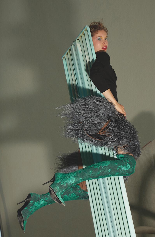 Top y falda de  J.W.ANDERSON, botas altas de  BALENCIAGA.