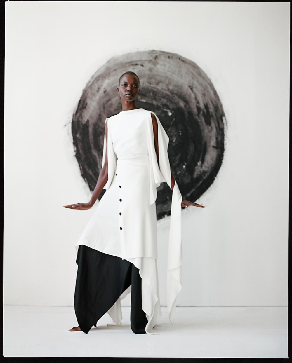 Vestido blanco de  SIES MARJAN , vestido negro de  TOME  y pendientes de  CHICO.
