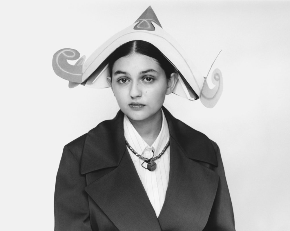 Helena viste camisa de  NEIL BARRETT, abrigo de  WOOYOUNGMI y sombrero de  ALBA FAFFIONATO.