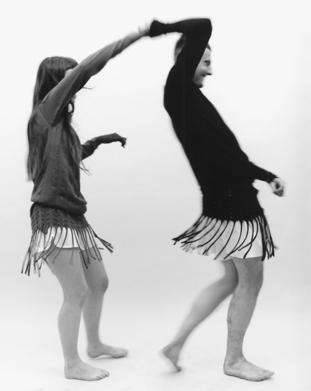 Cae y Amy visten ropa interior de  SUNSPEL  y vestidos de  J.W.ANDERSON.