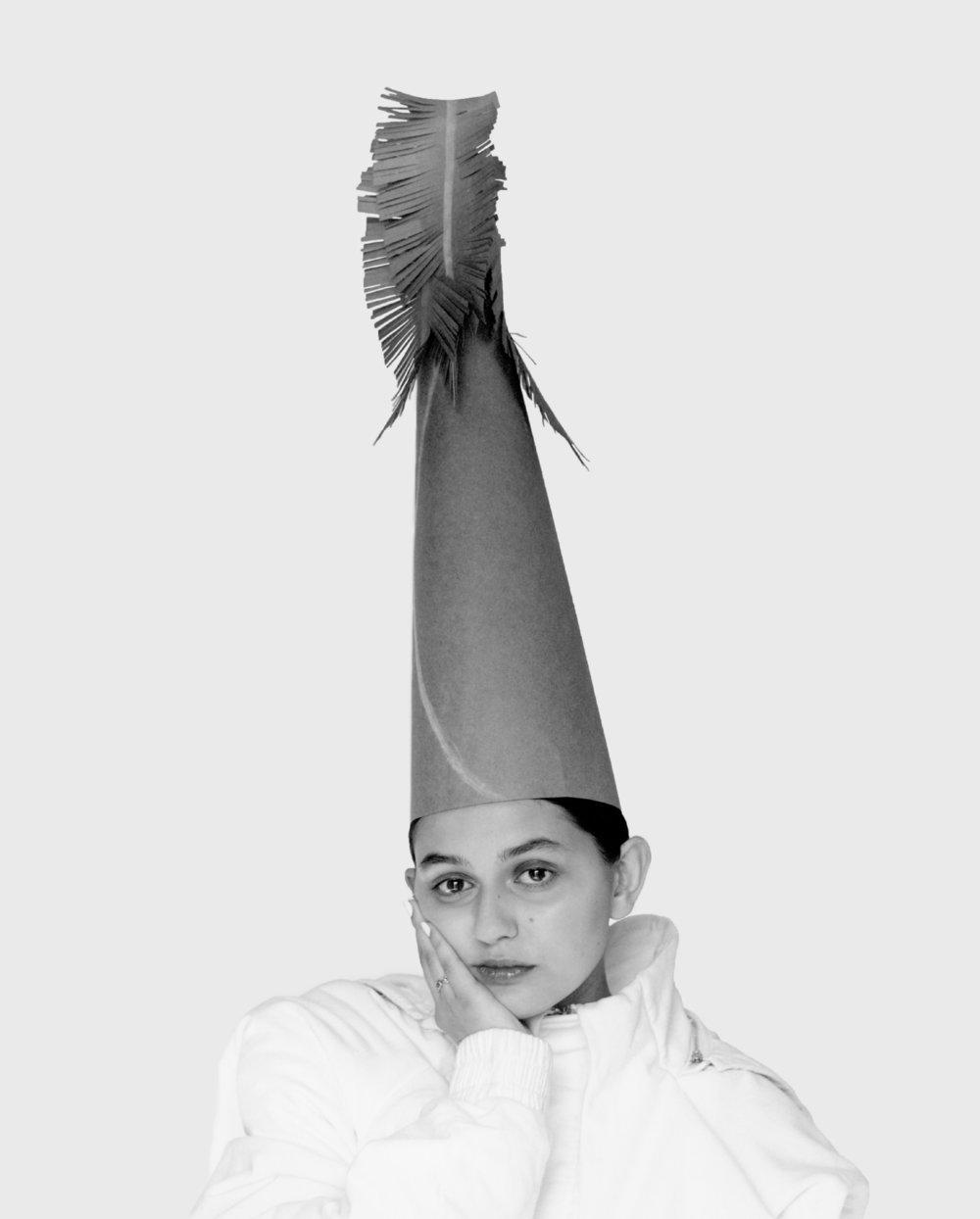 Helena viste top de  FEN CHEN WANG  y sombrero de  ALBA FAGGIONATO.