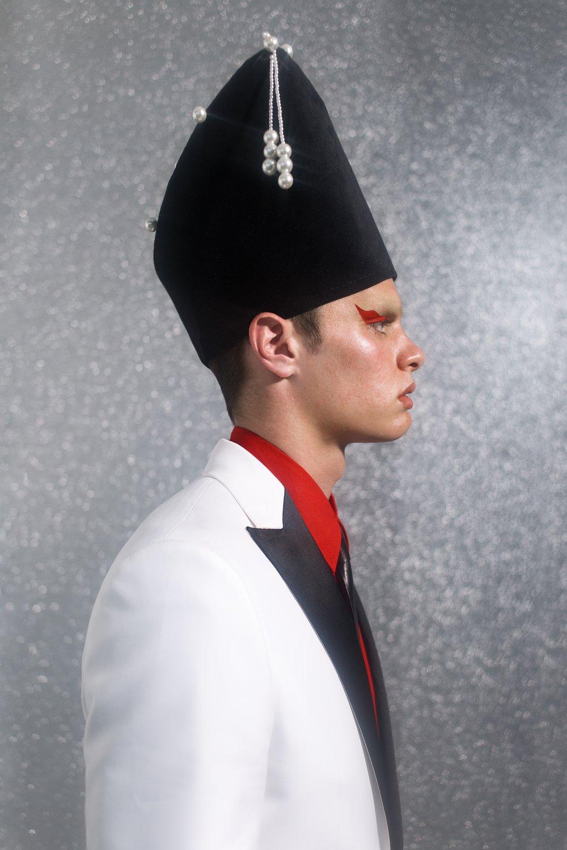 Sombrero de  PALOMO SPAIN, camisa de  LOVE MOSCHINO, y chaqueta y corbata de  DSQUARED2.