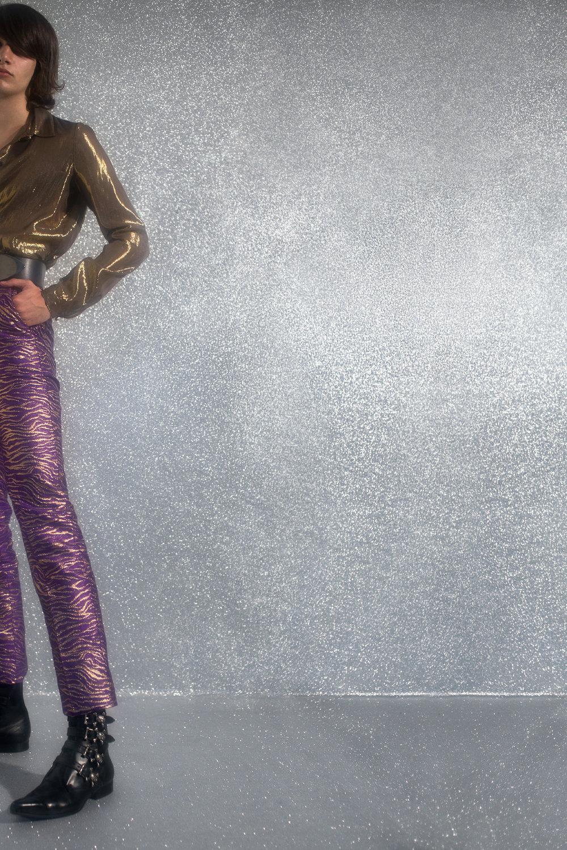 Blusa de  JUST CAVALLI, cinturón de  NINA RICCI, pantalones de  PALOMO SPAIN  y zapatos de  SPASTOR.
