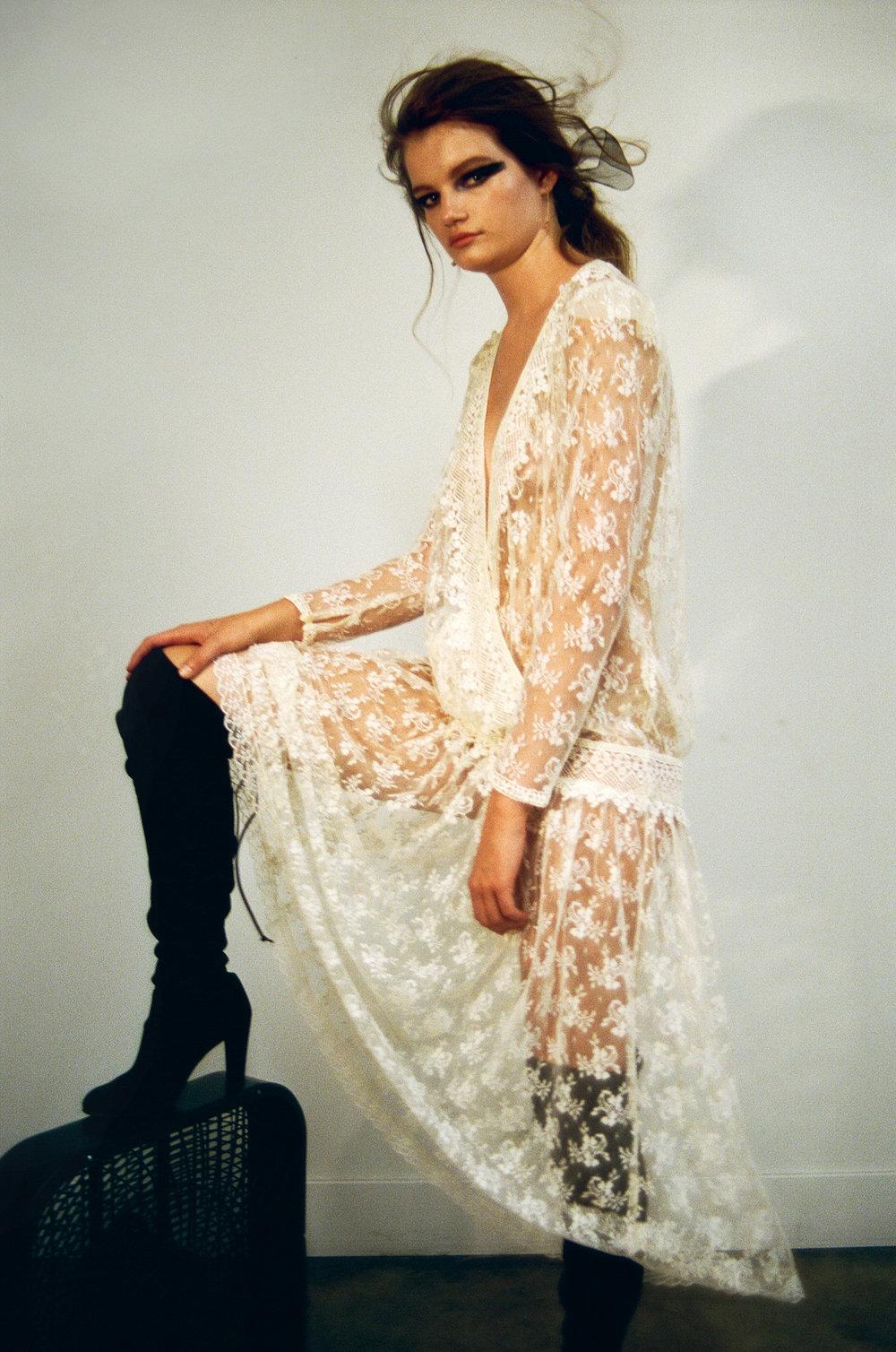 Vestido  vintage  y botas de  STUART WEITZMAN.