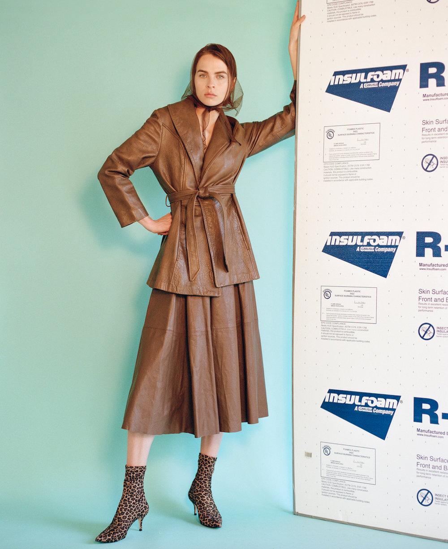 Abrigo y falda  vintage  y botines de la estilista.