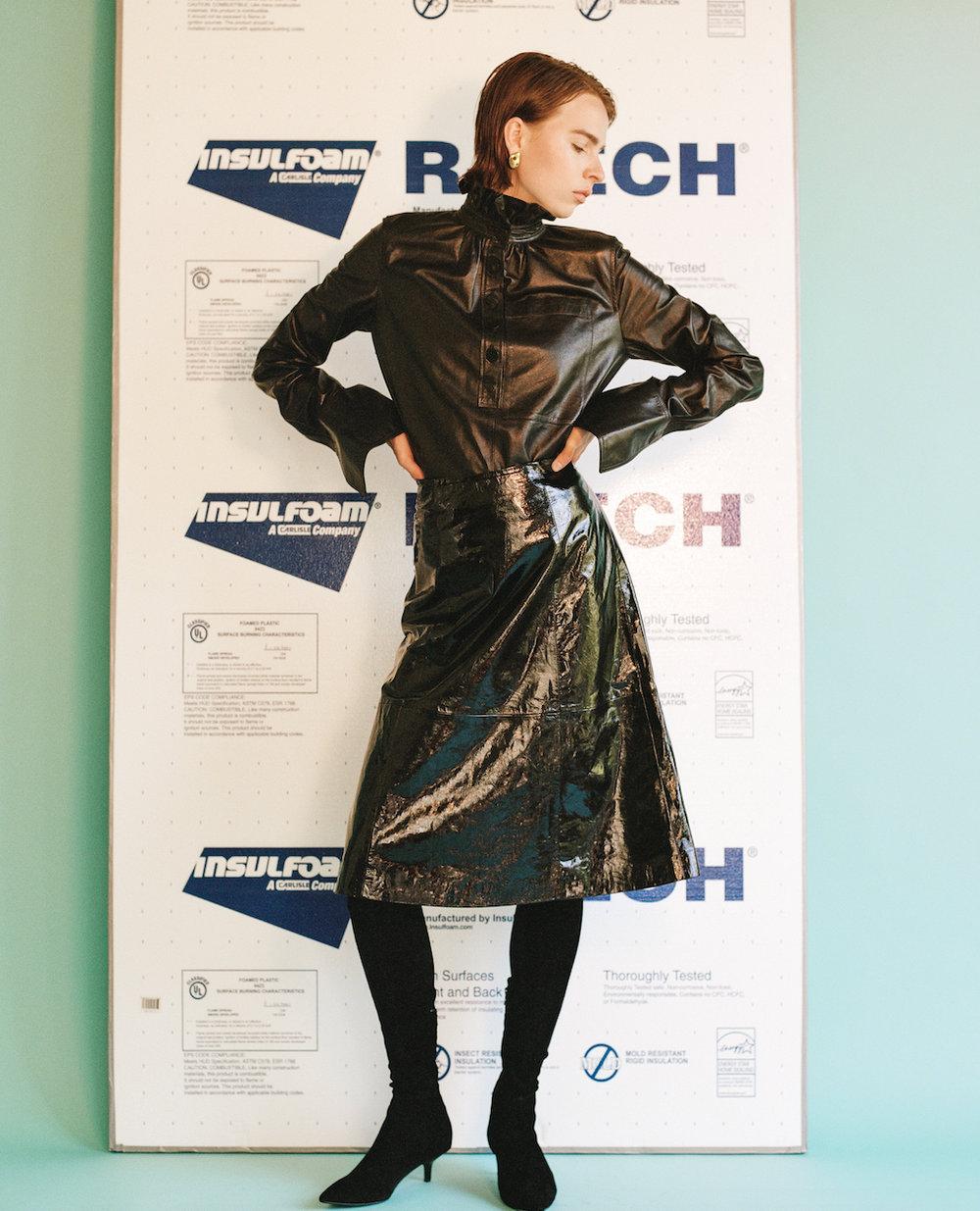 de  J.W.ANDERSON,  pendientes de  LEIGH MILLER, falda  vintage  y botas de la estilista.