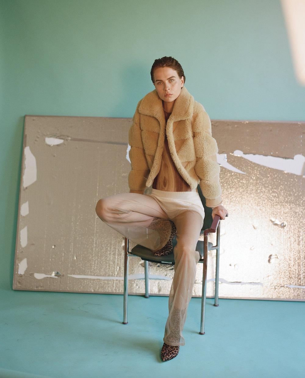 Chaqueta de  MAISON MARGIELA, mono de  ACNE STUDIOS, pantalones de  LEMAIRE  y botas de la estilista.