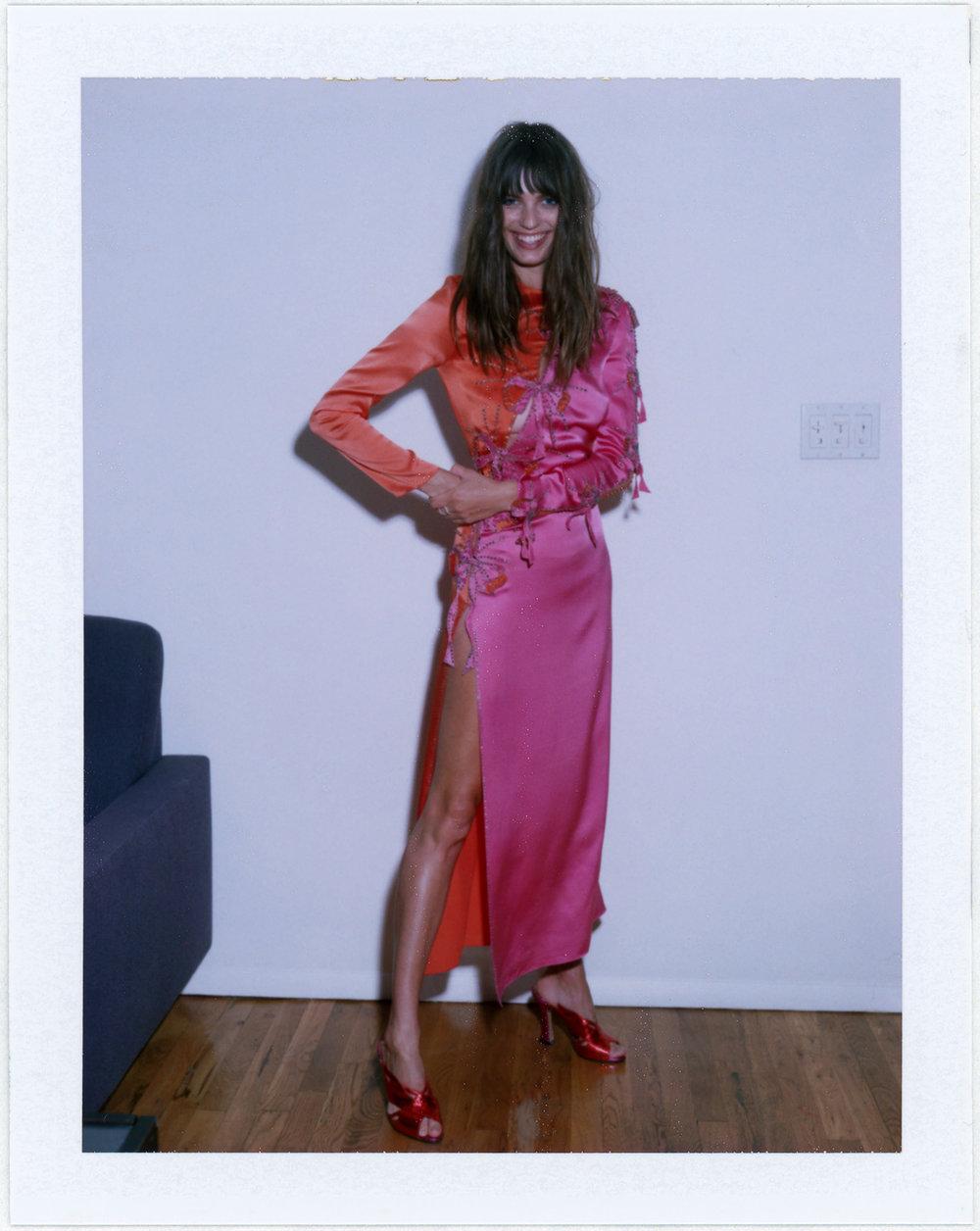 Vestido de  GUCCI, zapatos de  CHARLOTTE OLYMPIA  y anillo de  ANA KHOURI.