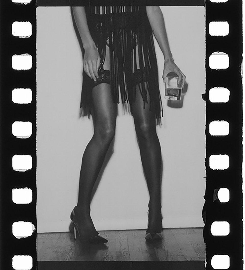 Falda de  MONSE, medias de  WOLFORD  y zapatos de  GIANVITO ROSSI.