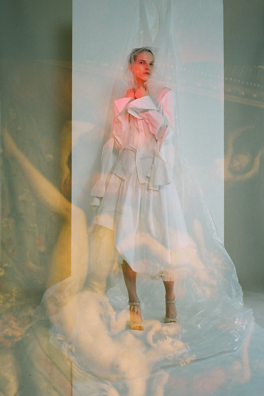 Top y salones de  AWAKE , faldas de  MUGLER  y  SIMONE ROCHA , velo de  VIVIENNE WESTWOOD.