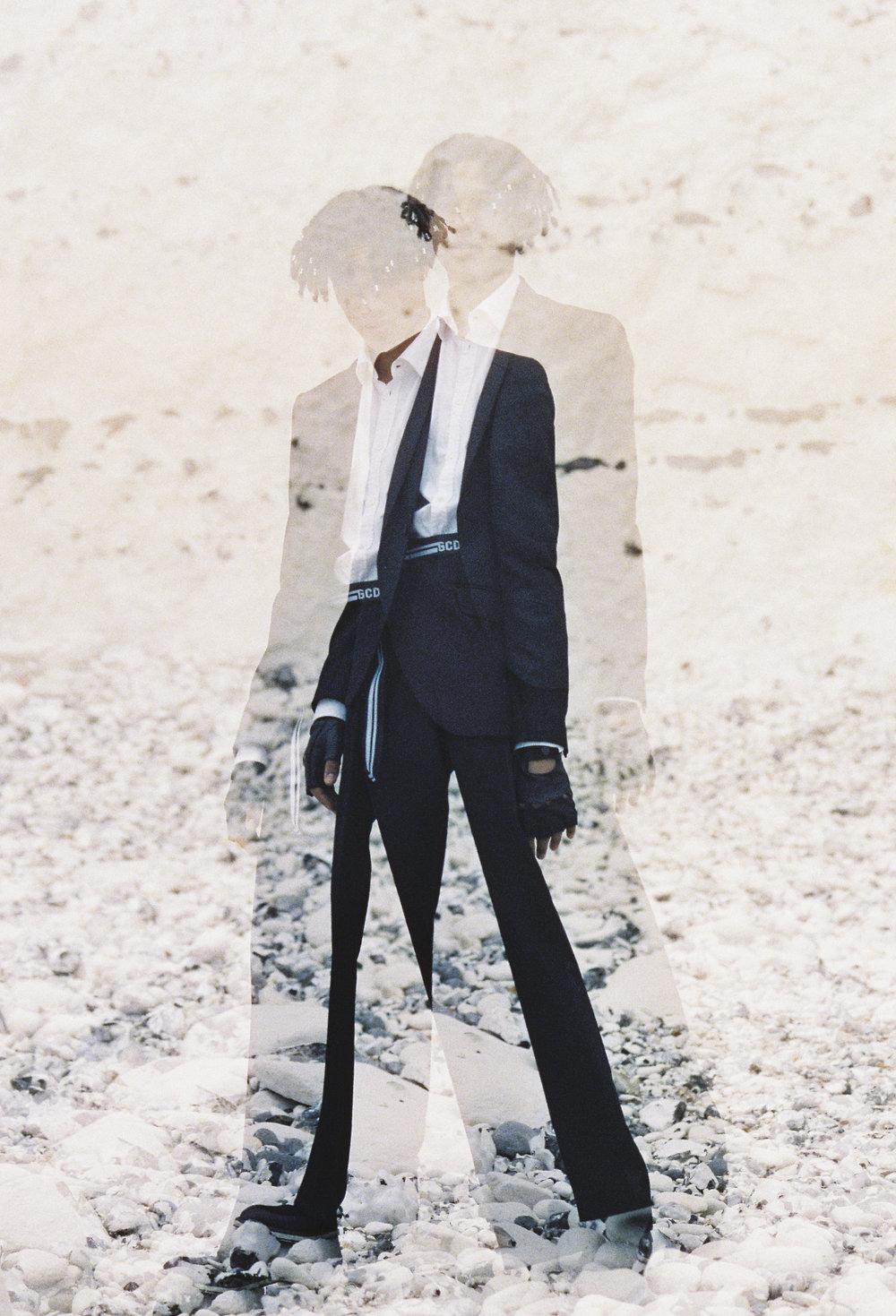 Chaqueta de  LES HOMMES , camisa y guantes de  DSQUARED2 , cinturón de  GCDS WEAR  y zapatos de  SENHOR PRUDENCIO .
