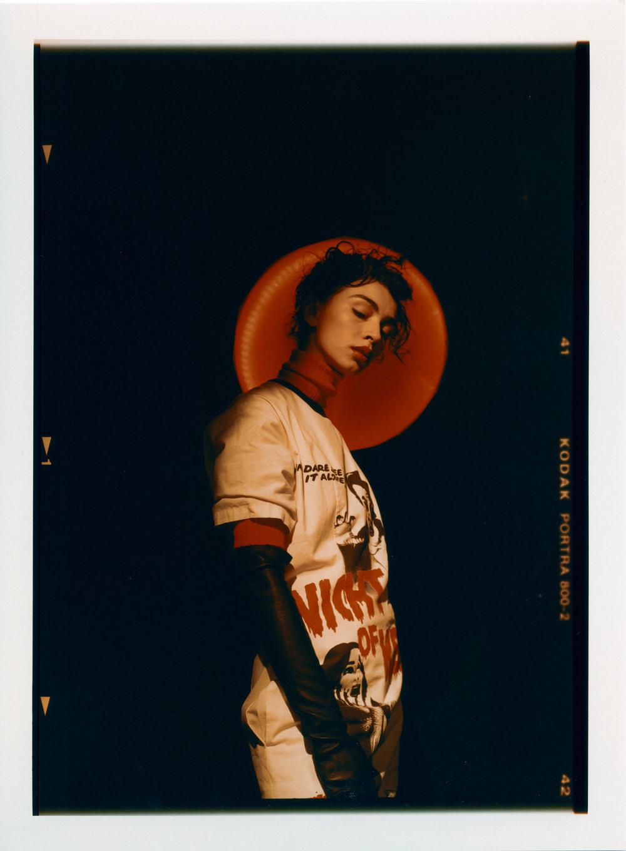 Camiseta de  LANVIN , vestido de  KENZO  y guantes de  JITROIS.