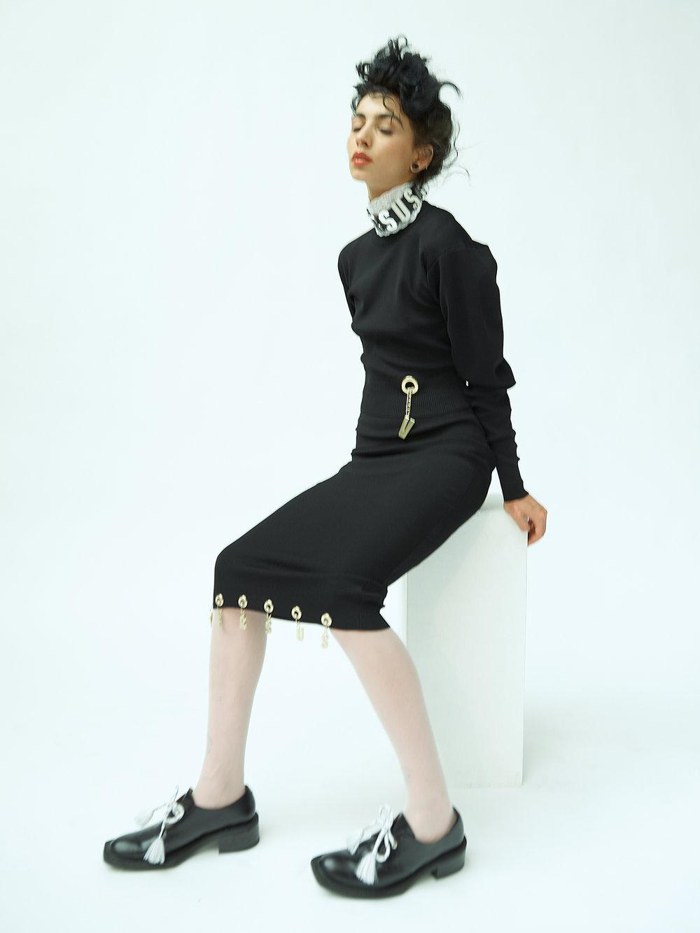 Top, falda y collar, todo de  VERSUS VERSACE.  Zapatos de  AALTO  y medias de  WOLFORD.