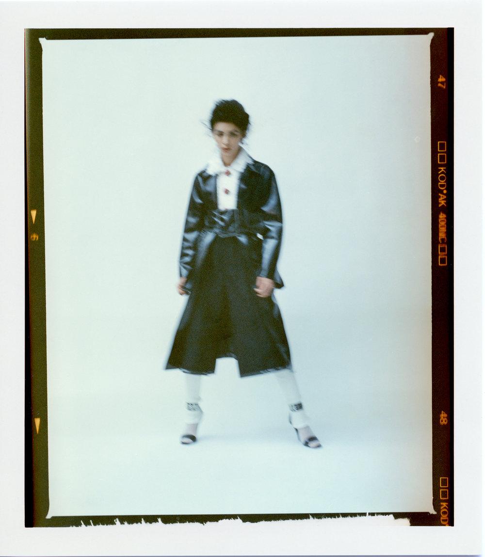 Chaqueta de  DOLCE & GABBANA , abrigo y pantalón de  Y'S  y sandalias de  VERSUS VERSACE.