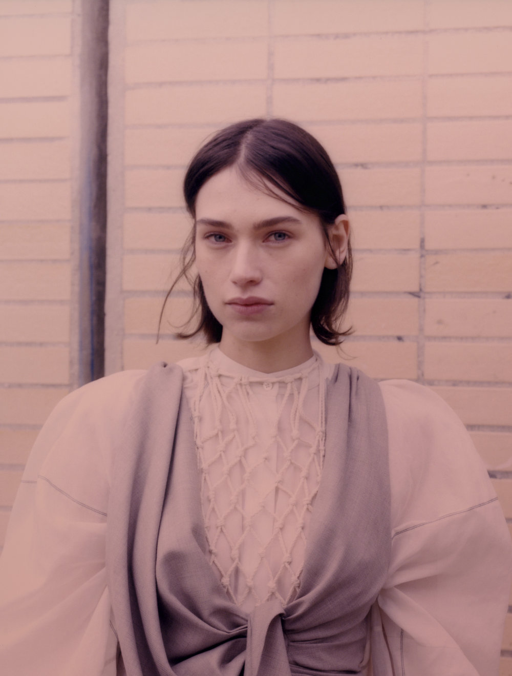 Rebecca viste top de  JACQUEMUS  y camisa de  JIL SANDER .