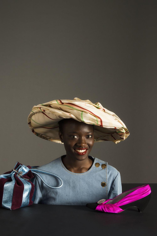 Sombrero de  MULBERRY , chaqueta de  PALOMO SPAIN , bolsa de  KENZO  y zapato de  STELLA MCCARTNEY.