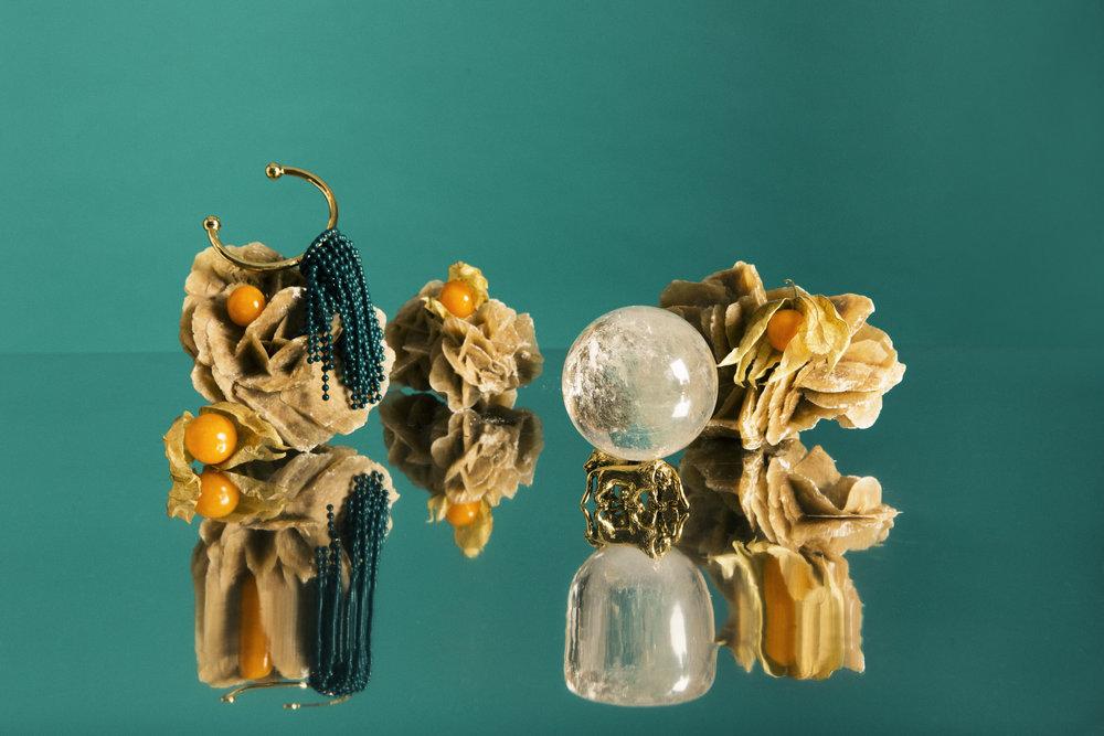 Brazalete de  MULBERRY  y bola de cristal de  GOOSSENS .