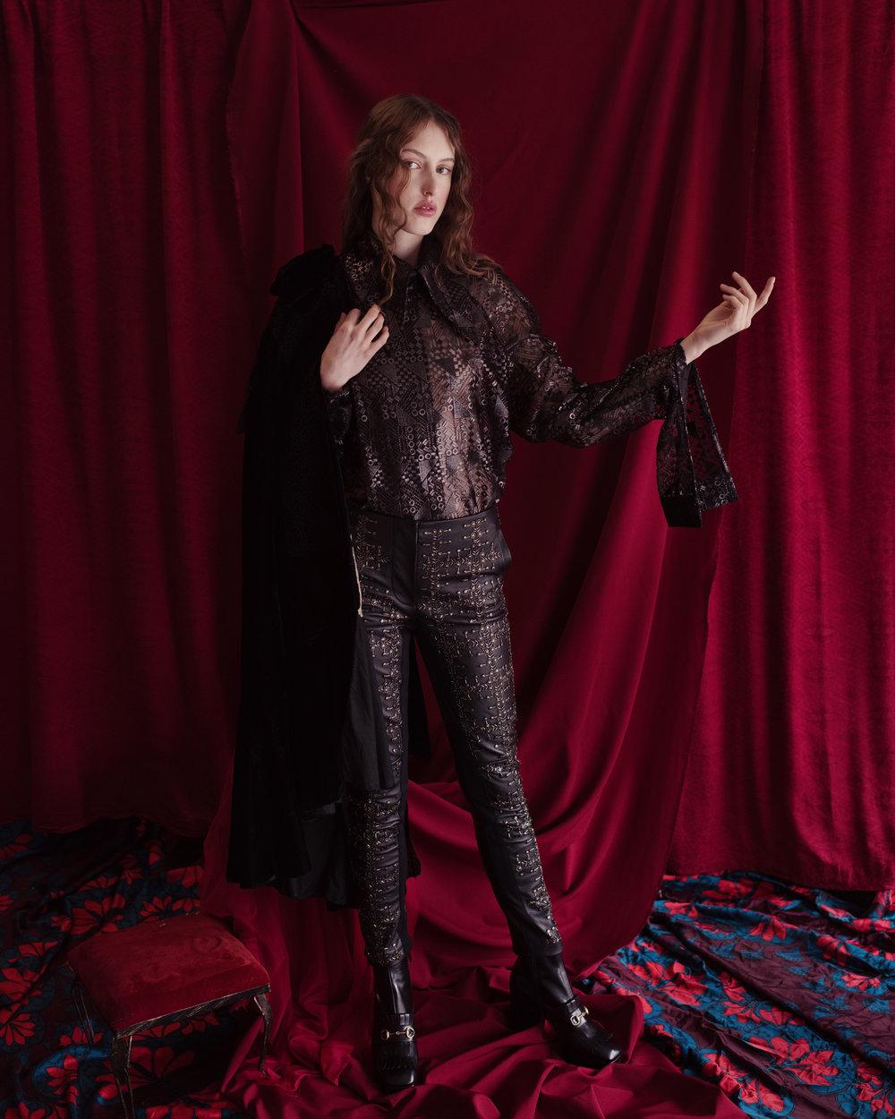 Capa de  MIMI PROBER , blusa de  LANDEROS , pantalón de  ALBERTA FERRETTI  y zapatos de  GUCCI.
