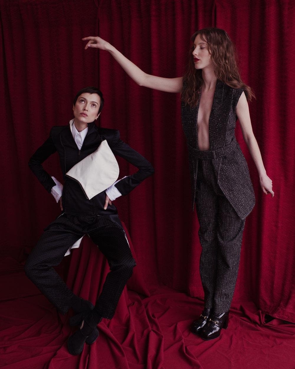 Pia viste chaqueta de  HOGAN MCLAUGHLIN , pantalón de  LANDEROS . Kate viste traje de  LANDEROS  y zapatos de  GUCCI.