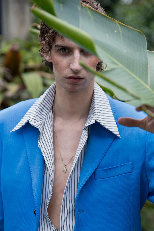 Saco de  DIRK BIKKEMBERGS , camisa de  NECESSITY SENSE  y collar de  MSGM .