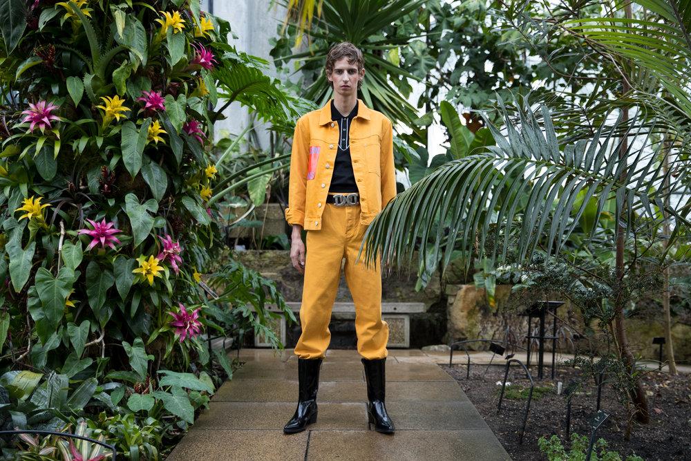 Chaqueta, pantalón y botas, todo de  CALVIN KLEIN . Camisa de  SAINT LAURENT  y cintura de  DSQUARED2.