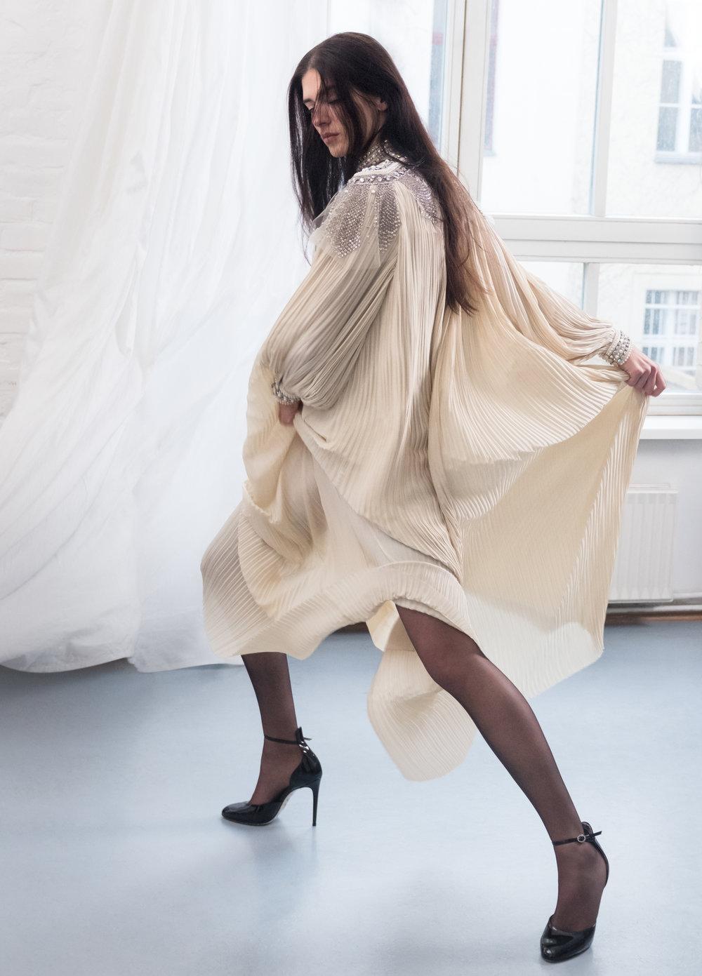 Franziska viste zapatos y vestido de  GUCCI  y medias de  FALKE .