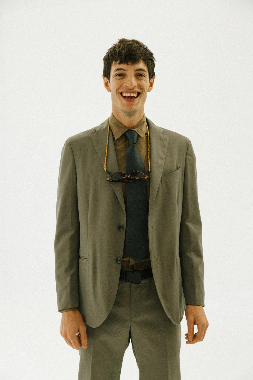 Traje de  BOGLIOLI , camisa de  LANVIN , botas de  PAL ZILERI  y corbata de  GUCCI .
