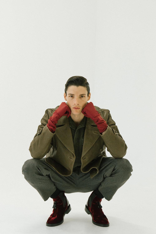 Pantalon, chaqueta y botas, todo de  PAL ZILERI . Camisa de  STELLA MCCARTNEY.
