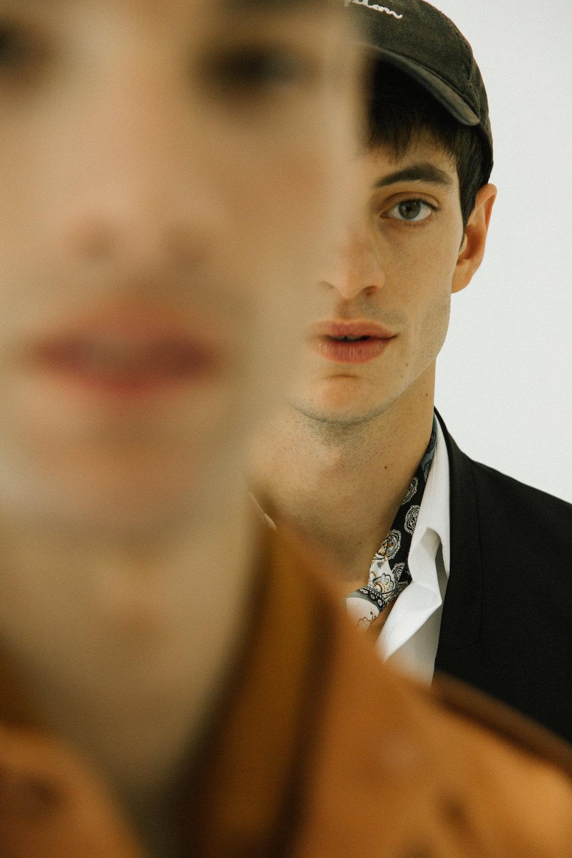 Pablo viste camisa de  LOUIS VUITTON , chaleco de  H&M STUDIO  y pañuelo de  LANVIN . Martin viste camisa de  DRIES VAN NOTEN .