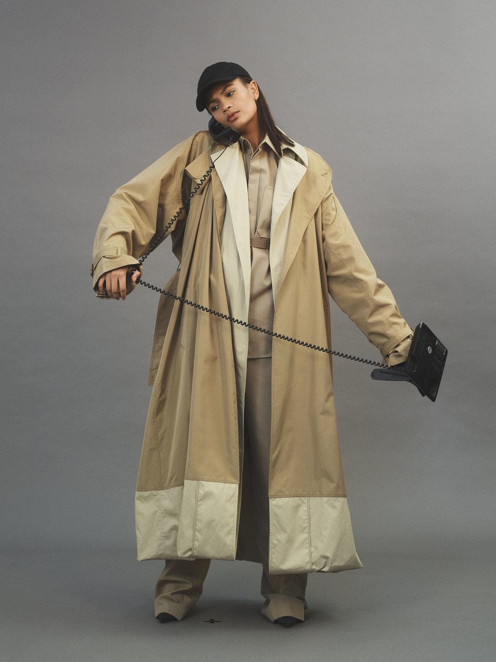 Abrigo, camisa y pantalón, todo de  CÉLINE . Cinturón de  MARNI , gorra de  STONE ISLAND y zapatos de  MANOLO BLAHNIK .