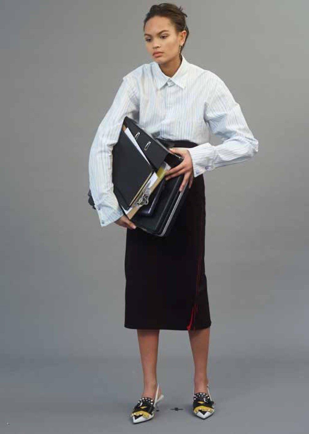 Falda, cinturón y zapatos, todo de  PRADA . Camisa de CHARLES JEFFREY LOVERBOY.